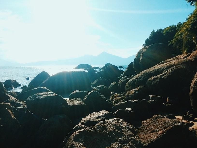 Ghềnh đá nhấp nhô như một nét chấm há đầy mạnh mẽ giữa khung cảnh biển khơi