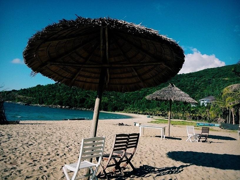 Du khách có thể nghỉ ngơi và tắm nắng dưới mái vòm dừa xinh xắn