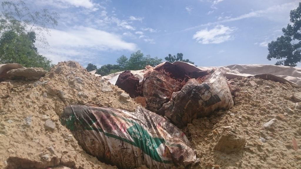 Các chất thải nghi độc hại được Công ty Ánh Dương chôn lấp bị người dân phát hiện