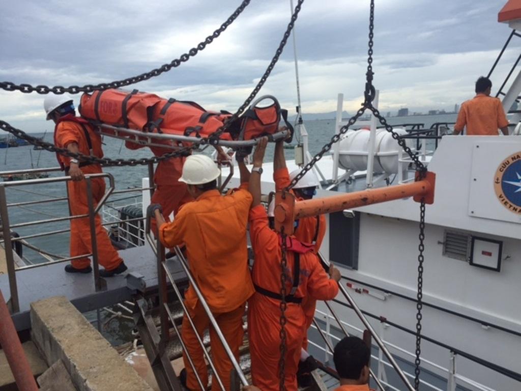 Cơ quan chức năng đưa thuyền viên bị nạn vào bờ để tiếp tục điều tra