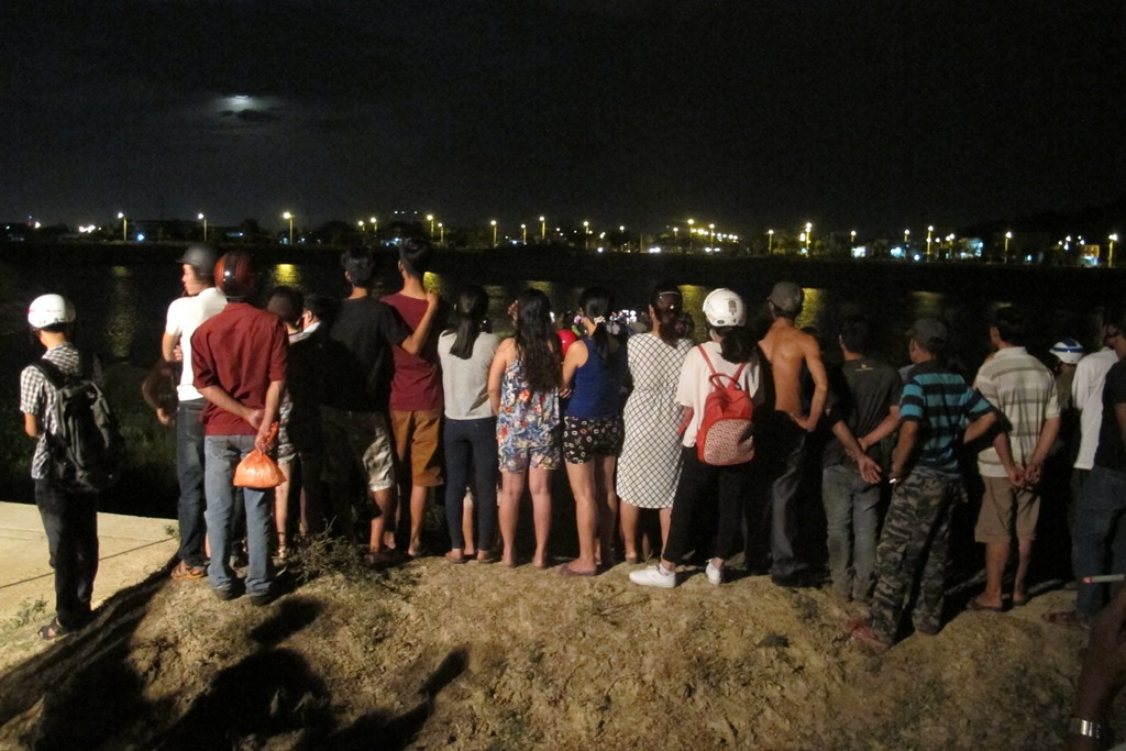 Người dân tập trung theo dõi lực lượng chức năng tìm kiếm thi thể cháu Minh Anh