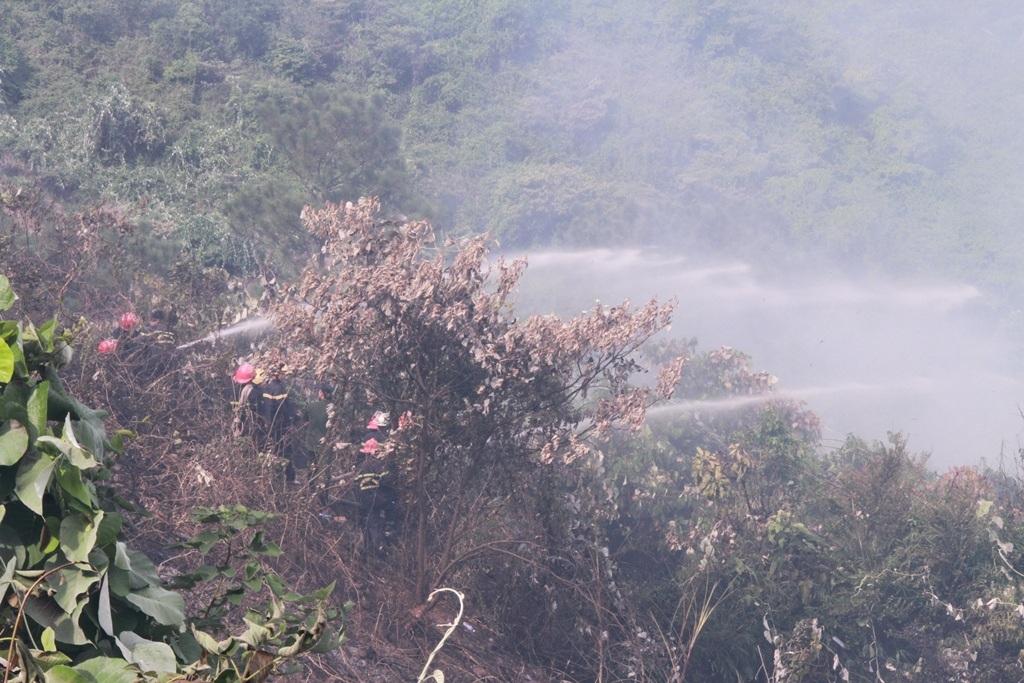 Lực lượng chức năng phun lửa để dập đám cháy