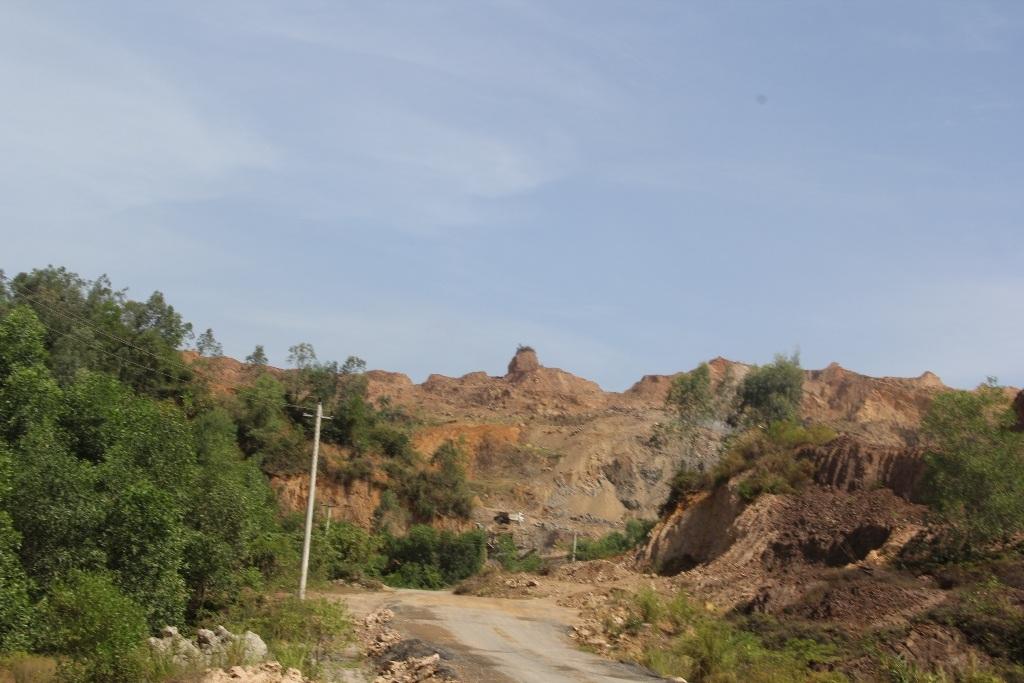 Núi đồi bị khai thác nham nhở