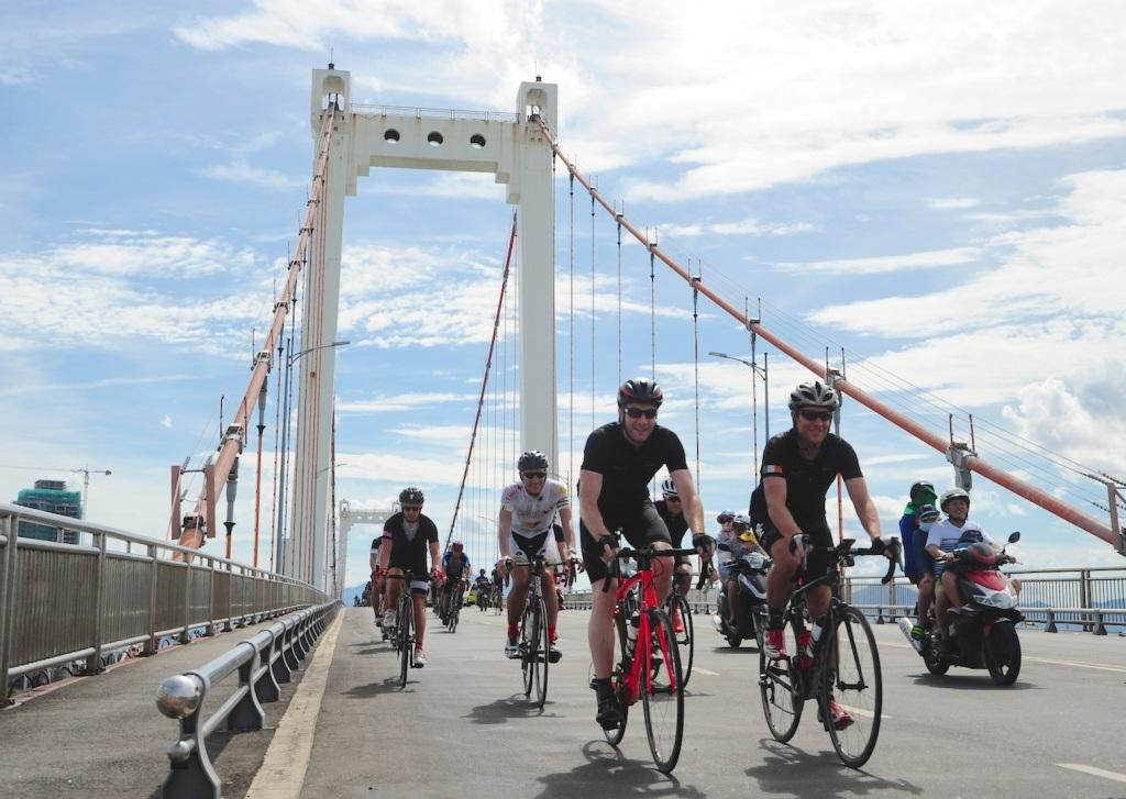 """Các tay đua tham gia sự kiện """"Đạp xe vì sự khác biệt"""" gây quỹ cho chương trình đào tạo điều dưỡng nhi sơ sinh đã đến Đà Nẵng"""