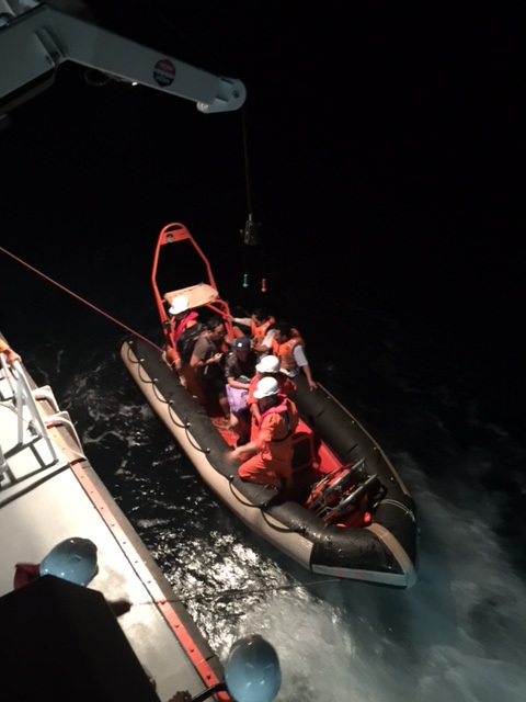 Lực lượng chức năng cứu nạn thuyền viên gặp nạn