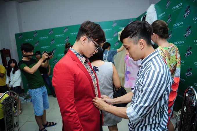 Hoàng Dũng được stylist chăm sócchỉnh chu trang phục trong hậu trường