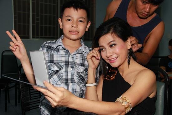 Bé Bom rất thường xuất hiện bên cạnh mẹ, Cát Phượng cũng chia sẻ con trai nay đã lớn, rất hiểu chuyện và hết lòng yêu thương mẹ.