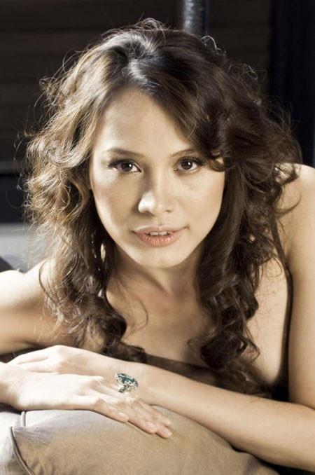 Hoa hậu Ngọc Khánhmang nét đẹp Tây với làn môi cong gợi cảm và quyến rũ.