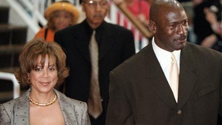 """Năm 2006, huyền thoại bóng rổ Michael Jordan đã quyết tâm """"dứt tình"""" cùng bà xã Juanita sau 17 năm chung sống. Do """"những khác biệt không thể hòa giải"""", cặp vợ chồng từng một thời """"đầu ấp tay gối"""" buộc phải lựa chọn """"đường ai nấy đi"""". Cuộc chia tay diễn ra vô cùng """"êm thấm"""" khi mà Juanita nhận được khối tài sản kếch xù lên tới 168 triệu đô la cùng một tòa biệt thự tại Chicago."""