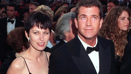 Năm 2009, ngôi sao nổi tiếng bị bà xã Robyn Moore đệ đơn ly dị sau hơn 30 tình nghĩa vợ chồng. Phải mất hai năm các thủ tục ly dị mới được hoàn tất và tòa án phán quyết một nửa khối tài sản 850 triệu đô la của Mel thuộc về vợ cũ.