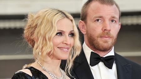 """Năm 2008, """"Nữ hoàng nhạc pop"""" đã quyết định ly dị với người chồng ít hơn mình tới 10 tuổi - Guy Ritchie sau 8 năm hôn nhân. Trong vụ ly dị mà nguyên nhân được cho là """"tại anh, tại cả ả, tại cả đôi bên"""" thì Guy Ritchie vẫn có thể """"xoa tay"""" hài lòng khi nhận được tới 92 triệu đô la từ vợ cũ. Ngoài ra, đạo diễn phim """"Thám tử Sherlock Holmes"""" còn nhận được quyền sở hữu một ngôi nhà và một quán rượu ở London mà cặp đôi từng chung tay """"hùn vốn""""."""