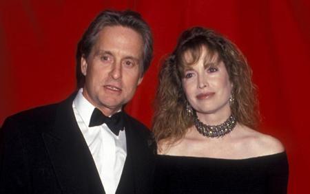 """Khi chia tay với người vợ đầu tiên, Diandra Luker, ngôi sao phim """"Bản năng gốc"""" đã phải """"móc hầu bao"""" chi cho vợ cũ 45 triệu đô la. Ngoài số tiền khổng lồ trên, Diandra còn nhận thêm vài dinh cơ ở Beverly Hills, Mỹ và Majorca, Tây Ban Nha. Nhưng mọi chuyện vẫn chưa kết thúc khi đến cuối năm 2010, vợ cũ lại đòi thêm tiền từ Michael Douglas khi ông đóng phim """"Phố Wall: Ma lực đồng tiền"""". Bởi đây là bộ phim làm lại từ bản gốc năm 1987, khi Diandra và Michael vẫn chưa li dị."""