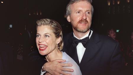 """Đạo diễn phim """"Titanic"""" có một cuộc hôn nhân chóng vánh đúng """"kiểu Hollywood"""" cùng người vợ thứ tư Linda Hamilton. Dù chỉ bên nhau hai năm, từ năm 1997 đến năm 1999, nhưng Cameron đã mất với vợ cũ 50 triệu đô la. Đây cũng chính là phân nửa số tiền Cameron đã kiếm được từ siêu phẩm """"Titanic"""". Tuy nhiên, vị đạo diễn tài năng này có tới 700 triệu đô la trong tài khoản nên số tiền kia cũng chưa thấm tháp vào đâu."""