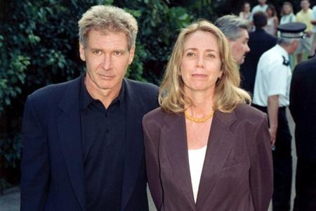 """Ngôi sao của """"Chiến tranh giữa các vì sao"""" đã mất tới 85 triệu đô la vào tay vợ cũ Melissa Mathison khi cả hai ly dị vào năm 2004. Ngoài ra, Melissa còn """"cuỗm"""" thêm lợi nhuận thu đượctừ cácbộ phim có sự tham gia của Harrison Ford."""