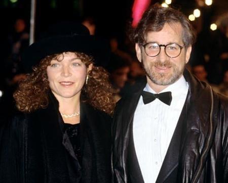 Đạo diễn Steven Spielberg đã mất tới 100 triệu đô la khi ly dị Amy Irving. Những thỏa thuận trước khi cưới đã bị gạt đi vì chỉ được viết nguệch ngoạc trên khăn giấy. Vụ ly dị thực sự là một kinh nghiệm đau thương cho vị đạo diễn tài năng của Hollywood.