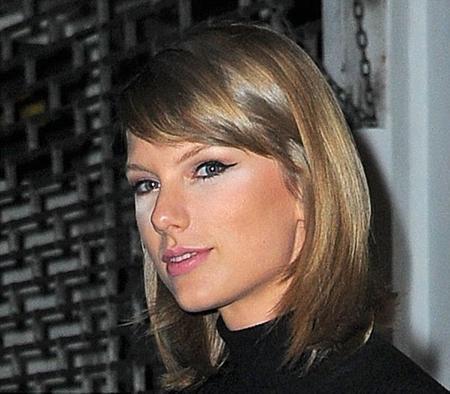 Nữ ca sĩ lộ nguyên vùng kem trắng xóa dưới mắt
