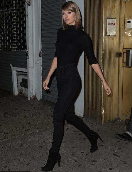 """Taylor Swift khoe dáng """"chuẩn"""" với bộ trang phục đen bó sát"""