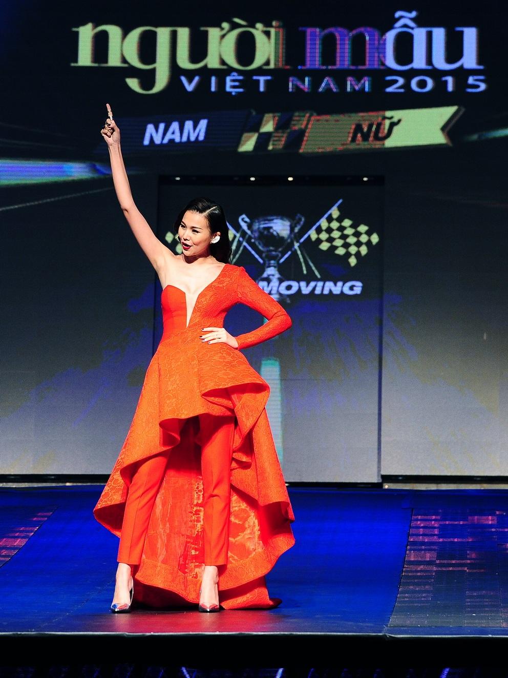 Thanh Hằng với phong cách tự tin và bản lĩnh của một người mẫu kỳ cựu.