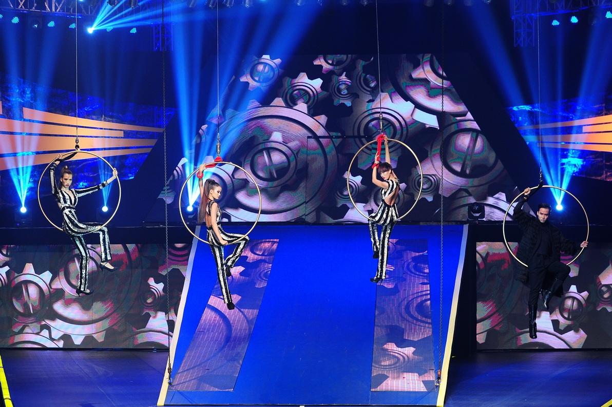 Tạo dáng trên vòng tròn treo lơ lửng ngay tại sân khấu