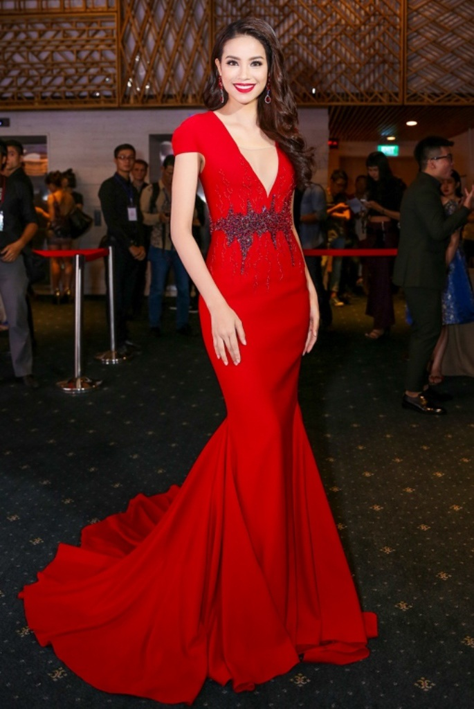 Hoa hậu Phạm Hương nổi bật với đầm dạ hội màu đỏ