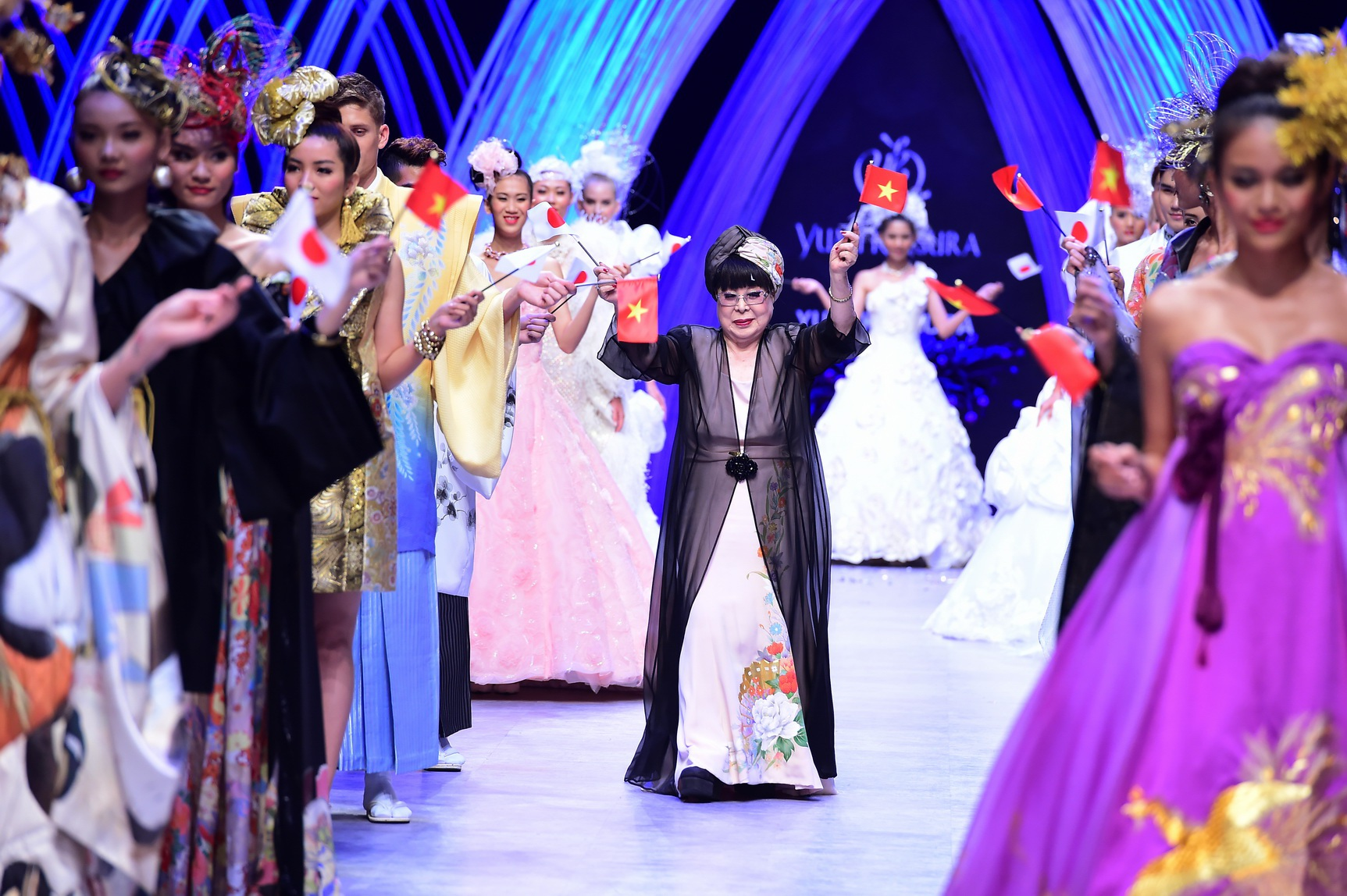 Bà Yumi Katsura là nhà thiết kế (NTK) lừng danh của Nhật Bản, ở tuổi 80 nhưng các thiết kế của bà luôn được trông đợi và đón nhận. Và bà đã có đêm diễn rất thành công tại chương trình trong tuần qua.
