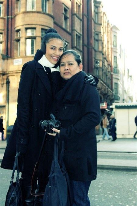 Mẹ Trương Thị May là quản lý của con gái và ít ai biết bà cũng chính là nhiếp ảnh thường xuyên của con gái khi đi lưu diễn
