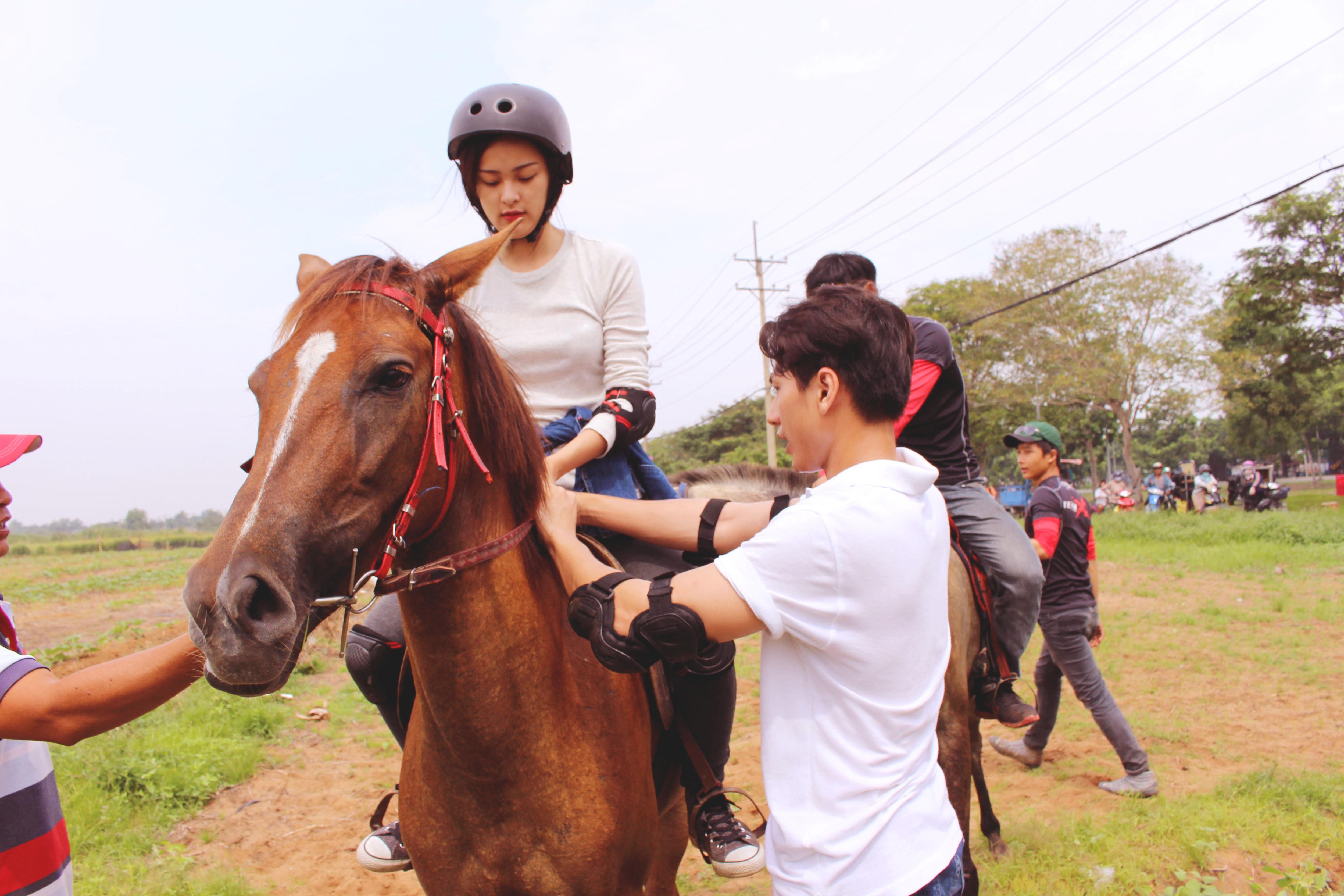 """Isaac ân cần dạy cưỡi ngựa cho """"người tình tin đồn"""" của Cường Đôla - 2"""