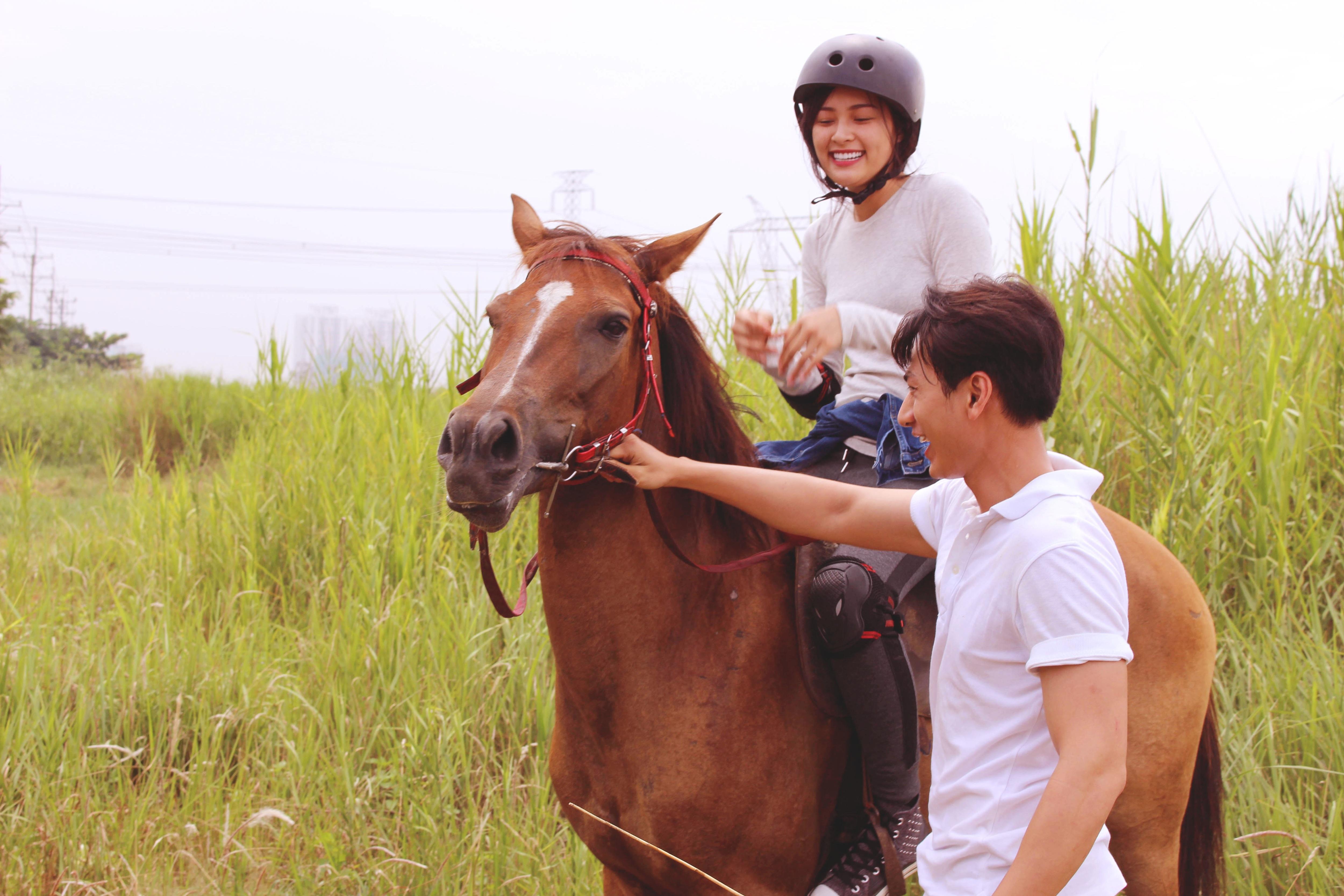 """Isaac ân cần dạy cưỡi ngựa cho """"người tình tin đồn"""" của Cường Đôla - 1"""