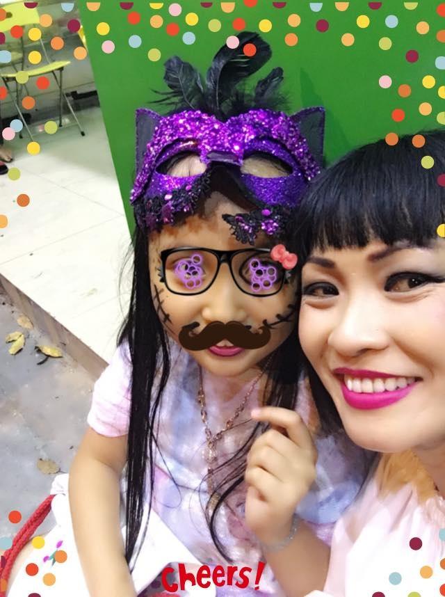 Bất ngờ bé Gà xuất hiện bên cạnh mẹ Chanh nhưng đã được hóa trang bằng phần mềm, khó nhận ra khuôn mặt thật nhưng con gái của cô Chanh cũng đã lớn và khá xinh.