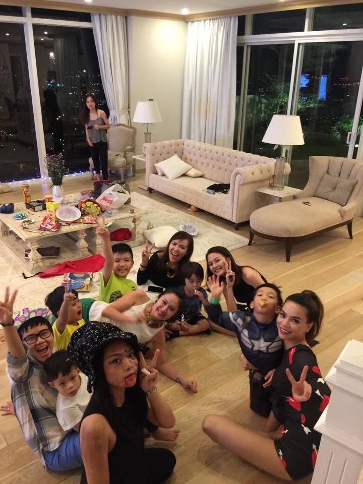 Vũ Thảo My cũng hóa trang và tham gia chương trình do ca sĩ Hồ Ngọc Hà tổ chức cho các bé nhân ngày Halloween
