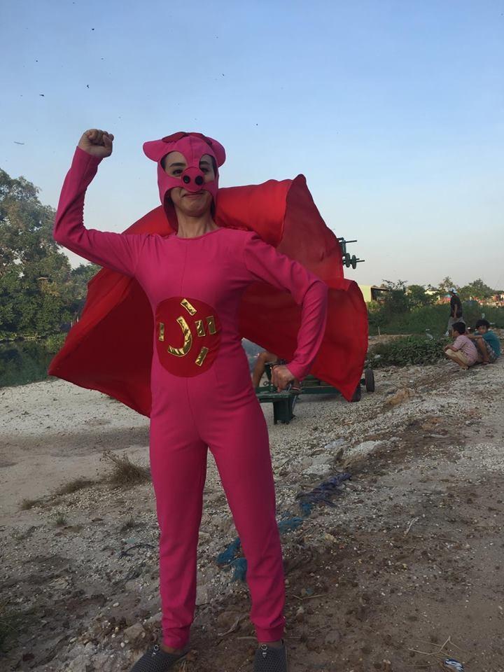 Danh hài Thu Trang khá hài hước khi diện bộ đồ siêu nhân heo