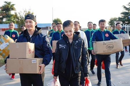 Huỳnh Hiểu Minh - Angela Baby vui vẻ làm từ thiện