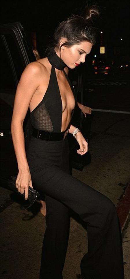 Kendall Jenner với bộ trang phục quá đỗi sexy…
