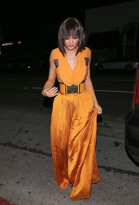Kylie Jenner xúng xính diện váy cam dự tiệc