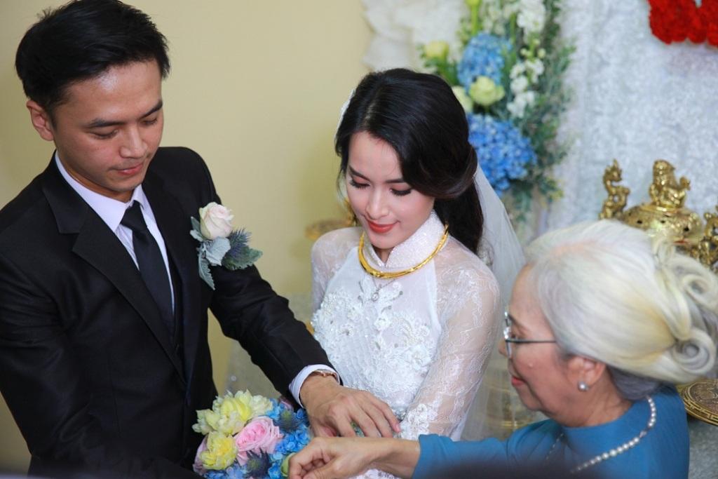 Cả hai nhận quà cưới từ hai họ theo truyền thống của đám cưới người Việt Nam