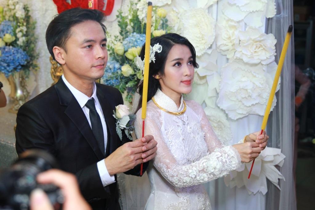 Văn Anh - Tú Vi thực hiện nghi lễ thắp nhang cho gia tiên trước khi cô dâu xuất giá.