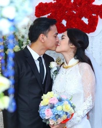 Sau đó, cả hai trao nhau nụ hôn hạnh phúc khi sẽ chính thức trở thành vợ chồng trong thời gian tới