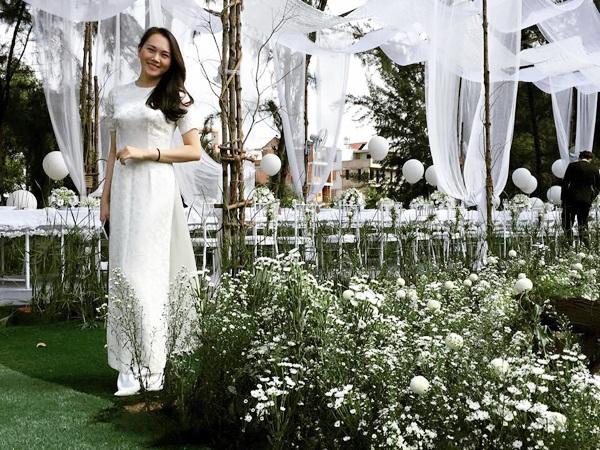 Người mẫu Ngọc Thạch khoe ảnh áo dài bên không gian hoa thạch thảo lãng mạn trong lễ đính hôn của Phan Như Thảo.