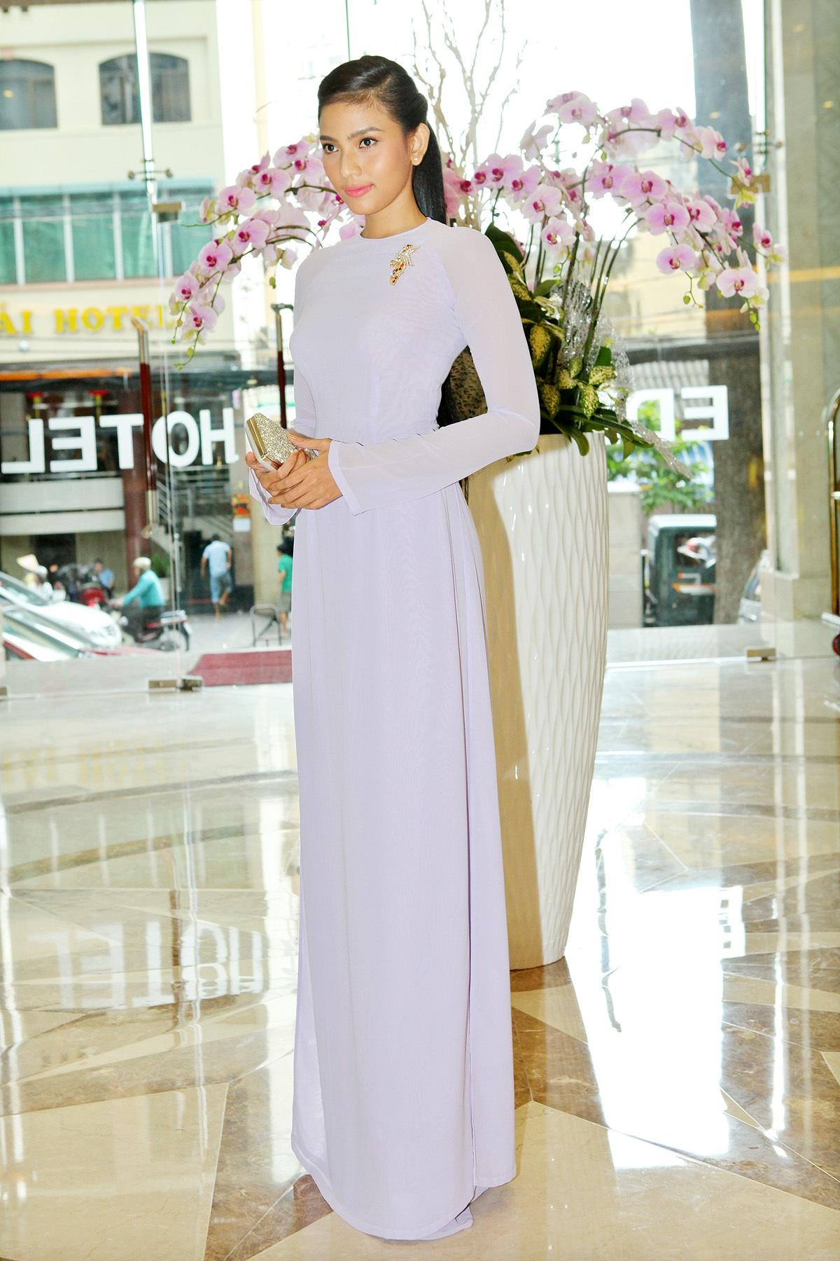 Trương Thị May đẹp dịu dàng với áo dài - 1