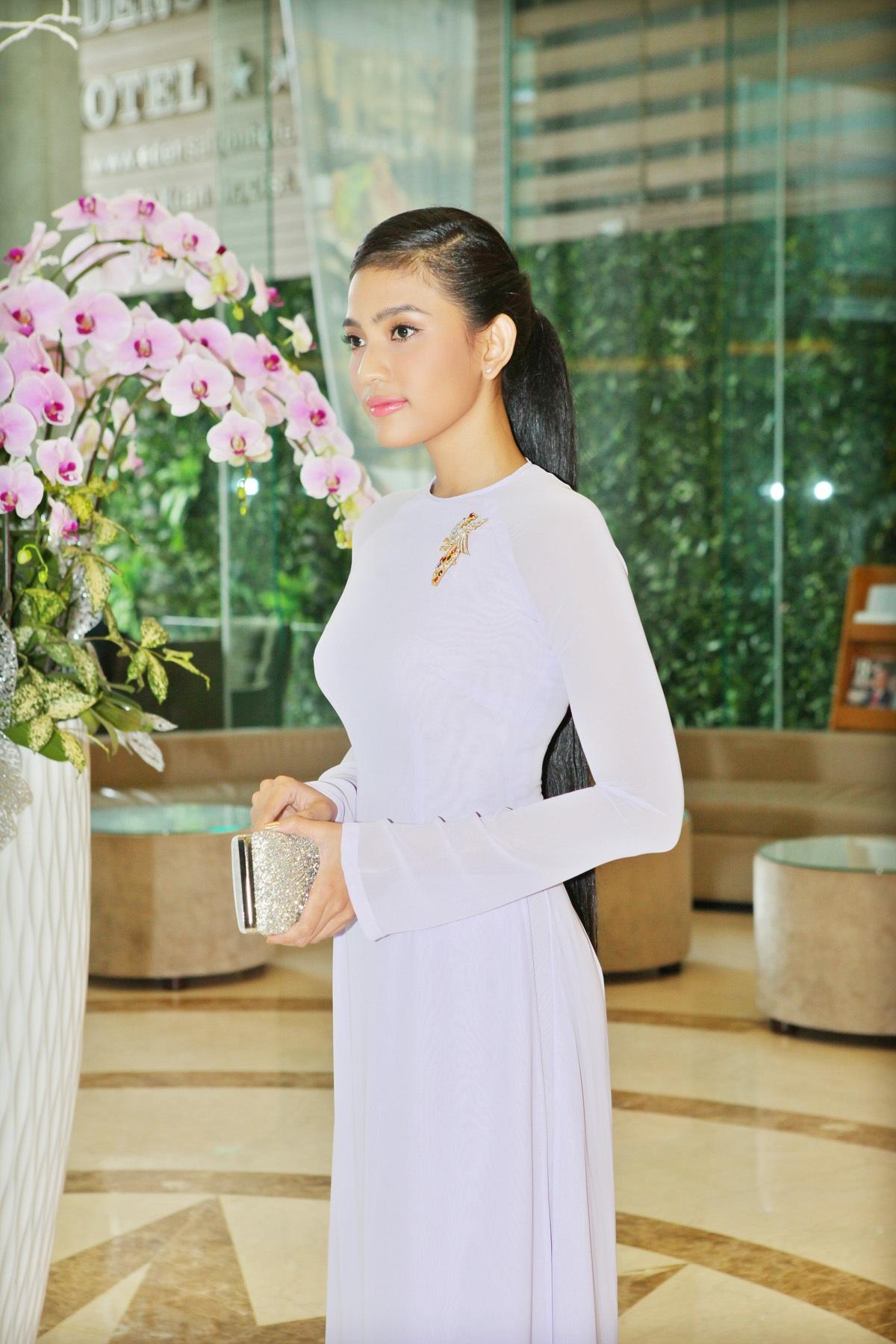 Trương Thị May đẹp dịu dàng với áo dài - 2