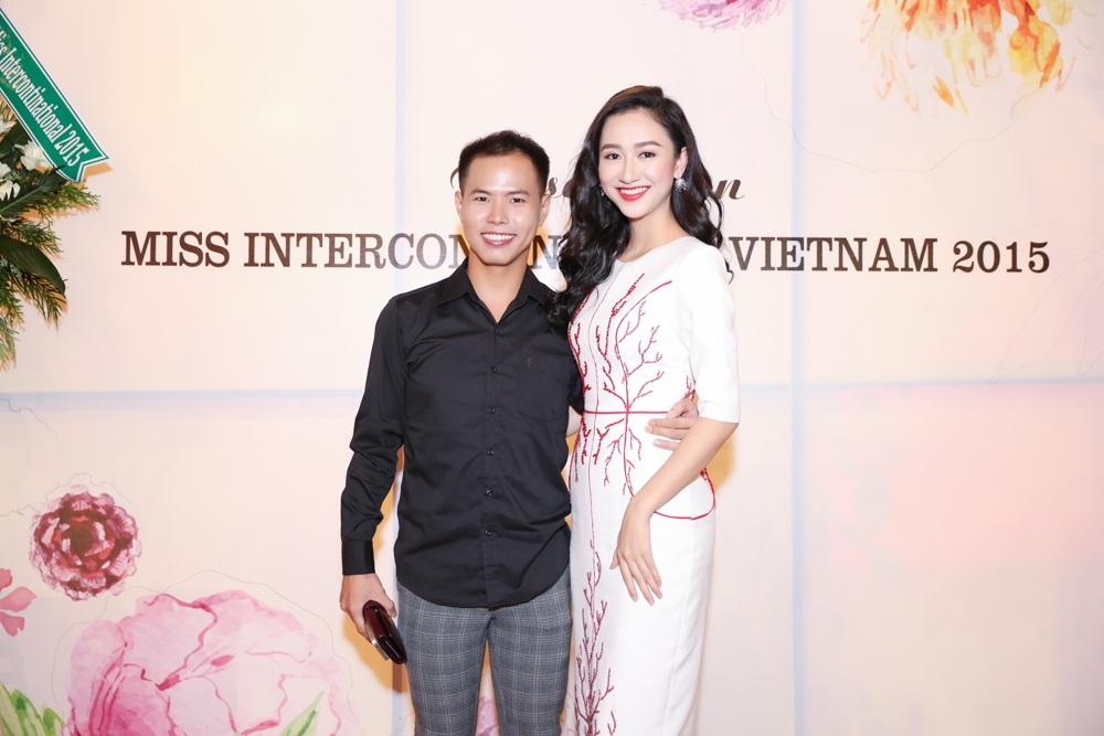 Ê-kíp Hà Thu cũng chia sẻ thông tin các nhà tham gia hỗ trợ trang phục cho cô tại cuộc thi năm nay, gồm NTK Võ Việt Chung phụ trách trang phục truyền thống, NTK Vincent Đoàn hỗ trợ trang phục dạ hội.