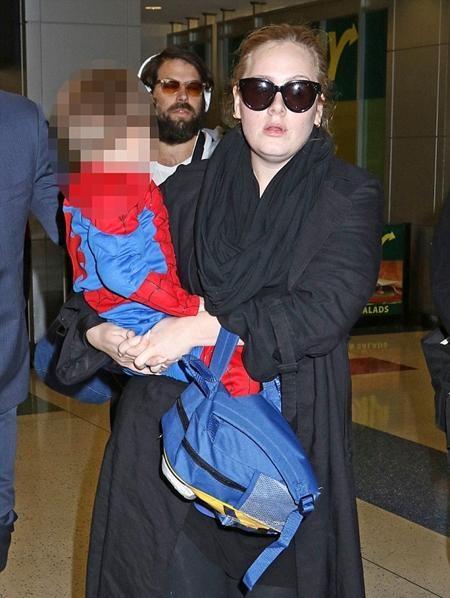Adele để lộ nét mặt bơ phờ, mệt mỏi ở sân bay