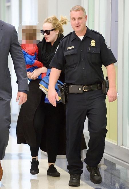 Gia đình Adele được hộ tổng cẩn trọng tại sân bay