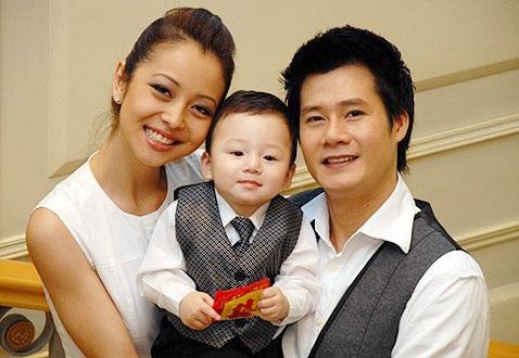 Ca sĩ Quang Dũng bên vợ và bé Bảo Nam trong quá khứ
