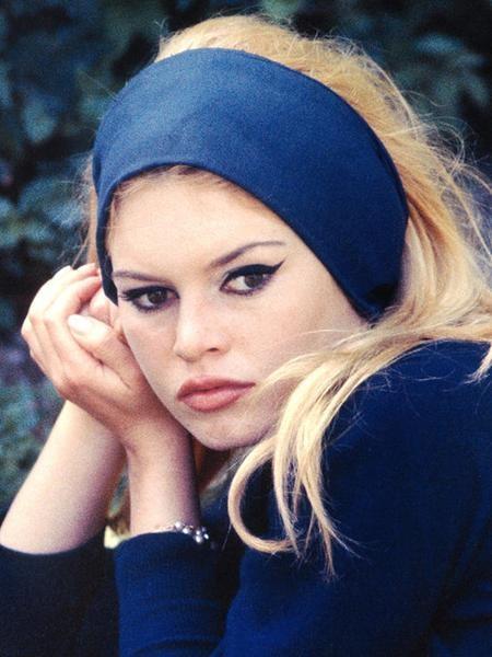 """Đúng 10 năm sau Marilyn Monroe, """"biểu tượng sex"""" của toàn nước Pháp Brigitte Bardot cũng được bình chọn là mỹ nhân có đôi mắt đẹp nhất thế giới"""