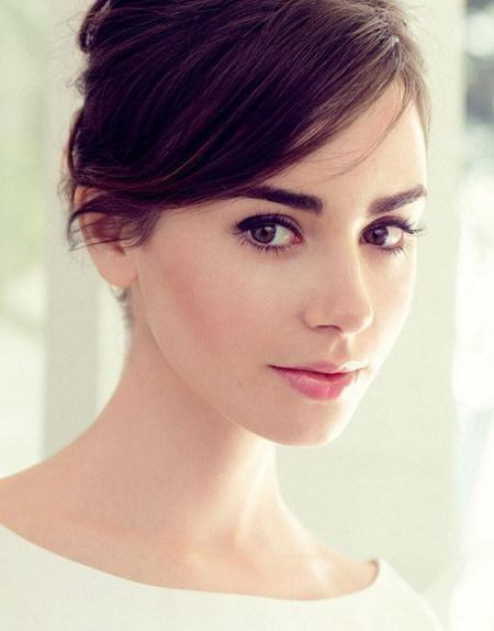 """Lily Collins quả thực là một nàng """"Bạch Tuyết"""" bước ra từ trong truyện cổ tích. Trên một gương mặt đẹp rạng rỡ không tì vết, đôi mắt biết nói của Lily Collins càng khiến người hâm mộ nhớ mãi không nguôi."""