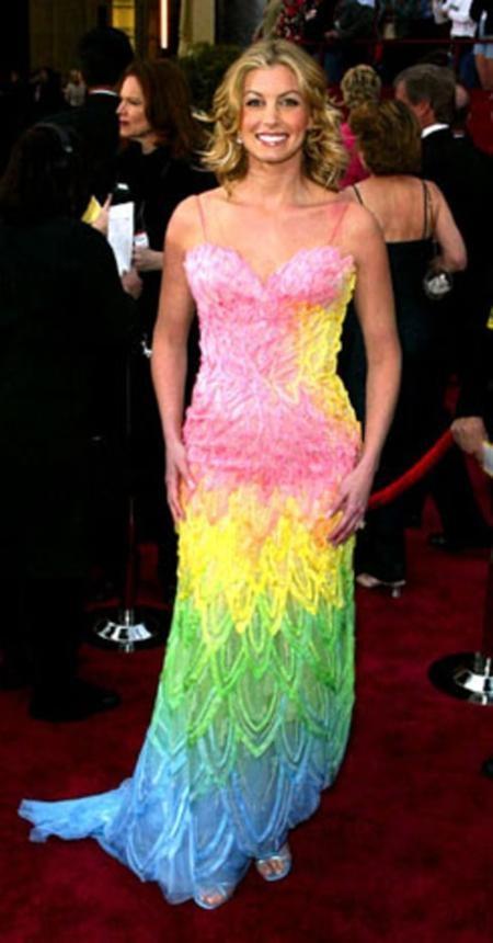 Faith Hill đã nhận được vô số lời chê bai với bộ váy 7 sắc cầu vồng loè loẹt khi tới dự lễ trao giải Oscar năm 2002.