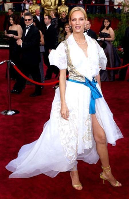 """Nhiều fan hâm mộ đã phải """"chết lặng"""" khi nhìn thấy bộ trang phục mà người đẹp Uma Thurman mặc trong lễ trao giải Oscar năm 2004."""