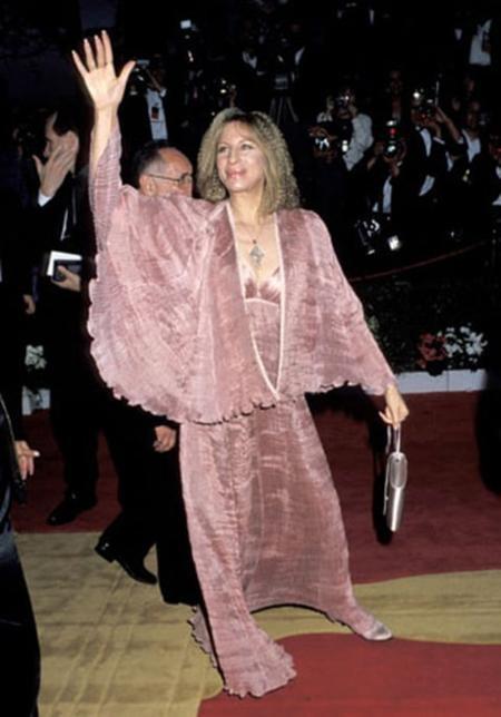 Barbra Streisand trông luộm thuộm và già đi cả chục tuổi nhờ vào bộ cánh bà mặc tới dự lễ trao giải Oscar năm 1992.