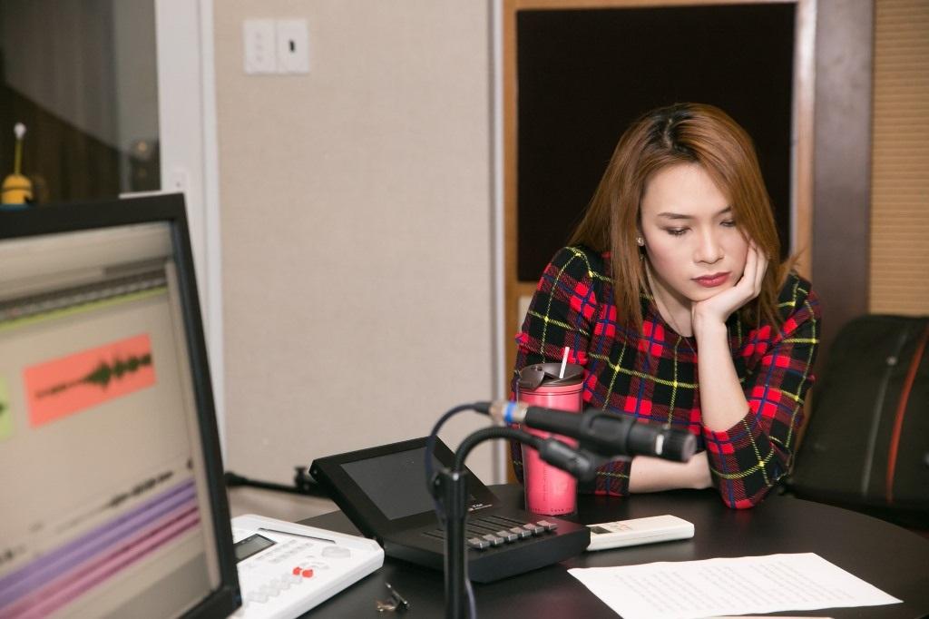 Cô cũng hướng dẫn Thu Thủy cách dựng bè phối hay phiêu như thế nào để tạo cao trào và điểm nhấn cho ca khúc.